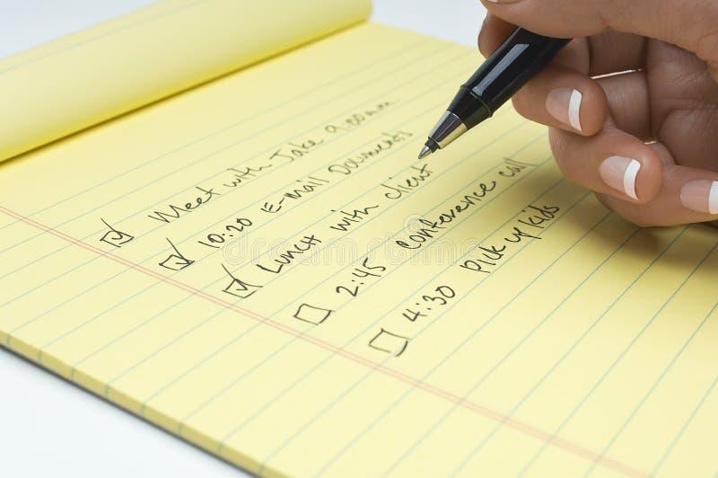 Close-up van de Hand van het Wijfje het Schrijven Lijst van Taken te doen stock afbeeldingen