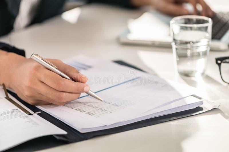 Close-up van de handen van een bedrijfsvrouw die aantallen controleren royalty-vrije stock afbeeldingen