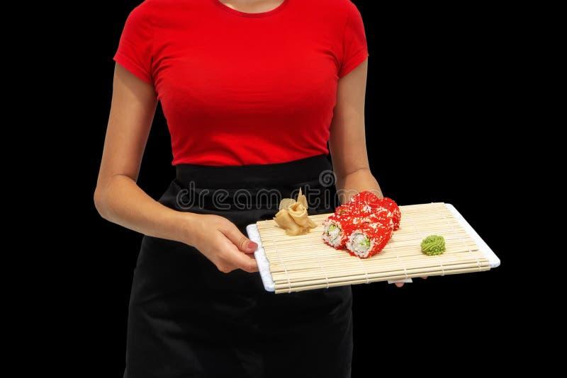 Close-up van de handen van een professionele chef-kok die sushi en broodjes in de restaurantkeuken maken Japanse traditionele keu stock fotografie