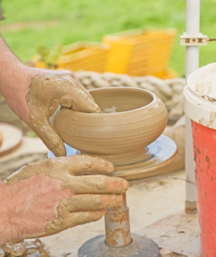Close-up van de handen van de pottenbakker. stock afbeeldingen