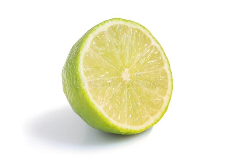 Close-up van de helft van een rijp geïsoleerd kalkfruit royalty-vrije stock afbeelding