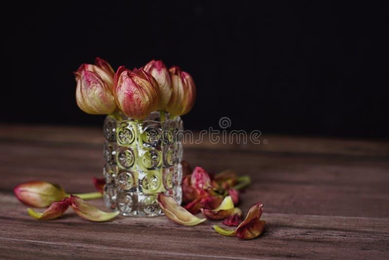 close-up van de het boeket het houten lijst van bloementulpen royalty-vrije stock foto's