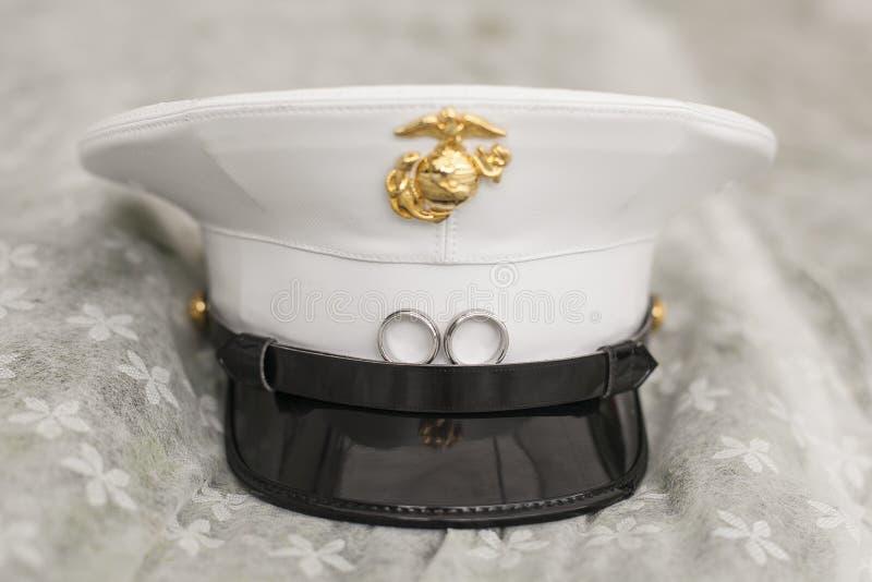 Close-up van de hoed van de militair met trouwringen op rand stock afbeeldingen