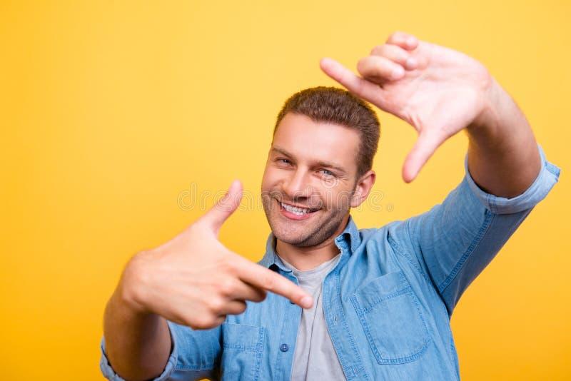 Close-up van de jonge, gelukkige mens die met stoppelveld diagonaal kader i maken stock foto's