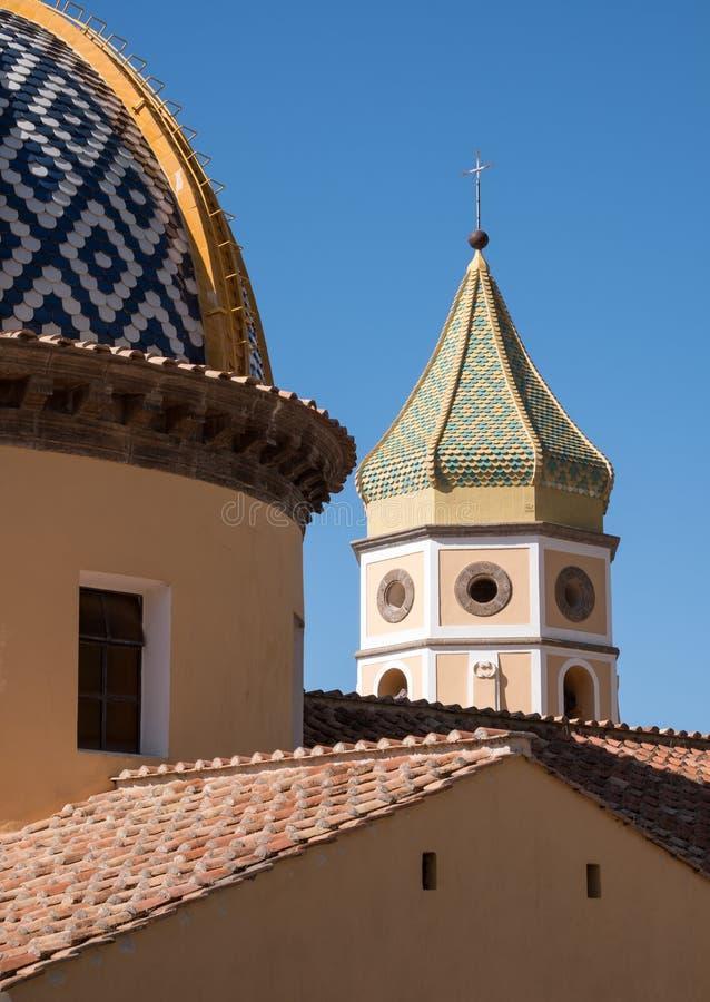 Close-up van de Kerk van San Gennaro in de kleine stad van Praiano op de Amalfi Kust, Zuidelijk Italië stock afbeeldingen