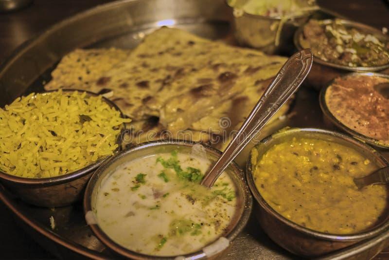 Close-up van de kleurrijke vastgestelde maaltijd van Thali met een gele rijst, dal en heerlijke sausen van Amritsar, India stock afbeeldingen