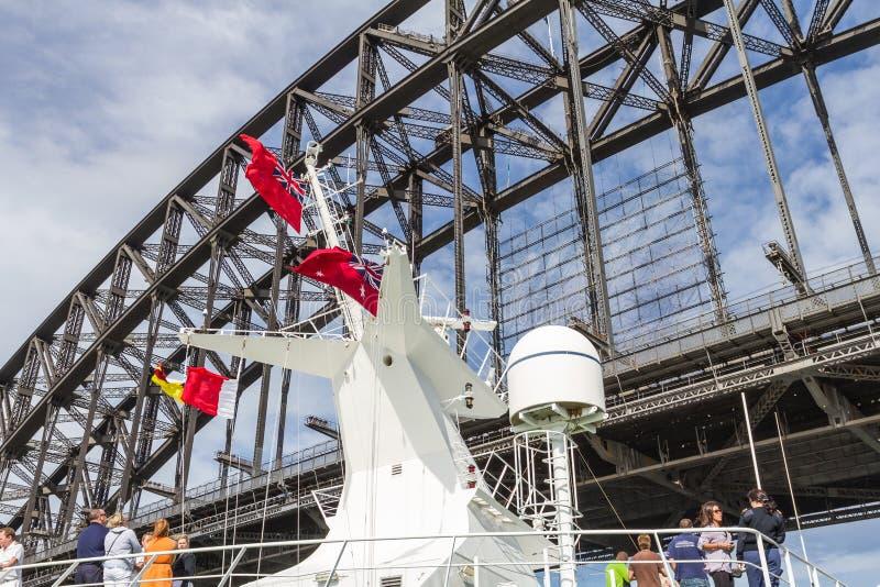 Close-up van de mast van het cruiseschip ongeveer om onder Sydney Harbour Bridge over te gaan royalty-vrije stock afbeelding