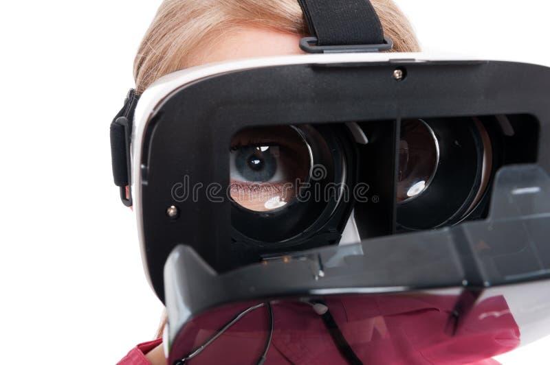 Close-up van de medische ogen die van de verpleegstersdame vr beschermende brillen dragen royalty-vrije stock afbeelding