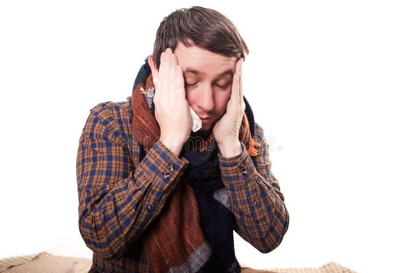 Close-up van de mens met een migraine die zijn tempels houden Geïsoleerdj op witte achtergrond stock foto's