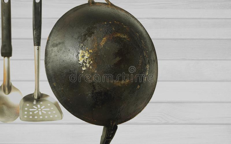 Close-up van de oude roestige pan en de werktuigen die op de muur hangen royalty-vrije stock foto's