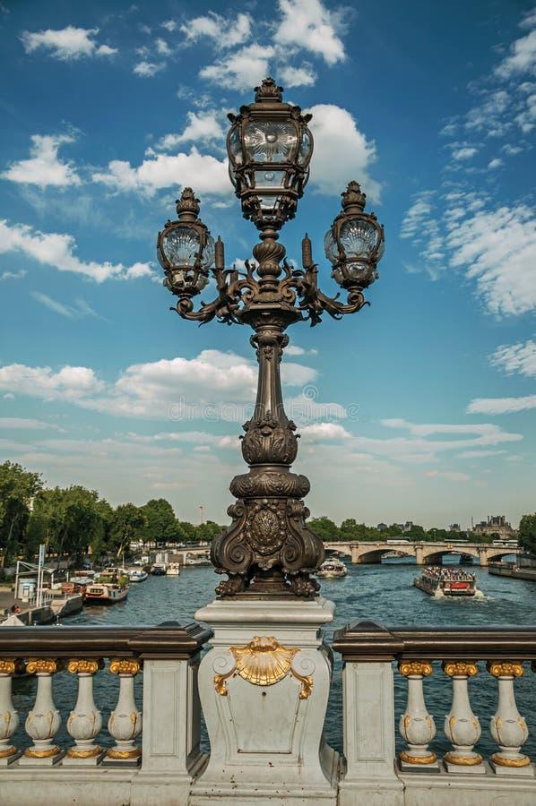 Close-up van de overmatig verfraaide lamp op Alexandre III brug bij de Zegenrivier in Parijs stock foto's