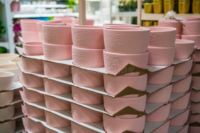 Close-up van de roze inzameling van keramiekpotten in opslag stock fotografie