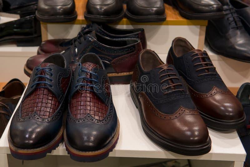 Close-up van de de schoeneninzameling van het mensenleer de klassieke royalty-vrije stock fotografie