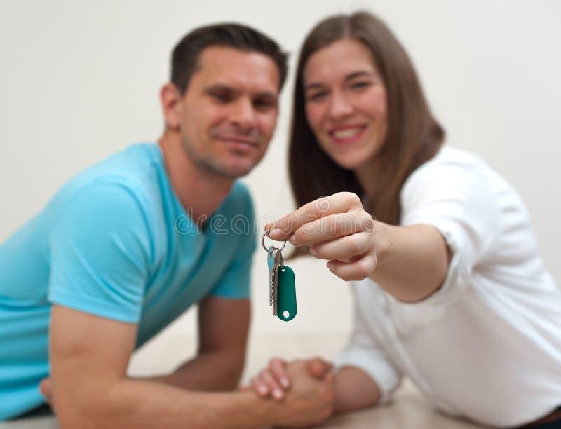 Close-up van de sleutels tot een flat in de handen royalty-vrije stock foto's