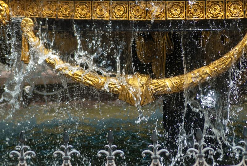 Close-up van de stadsfontein met vergulde decorelementen en druipend water, fontein in Tbilisi, royalty-vrije stock foto's