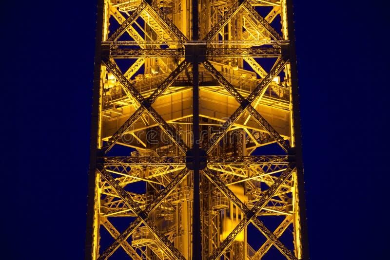 Close-up Van De Verlichte Toren Van Eiffel Redactionele Fotografie ...