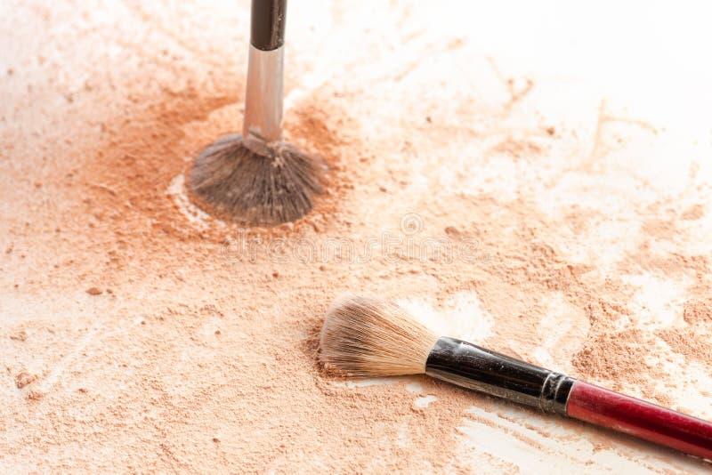 Close-up van de verpletterde minerale gouden kleur van het flikkeringspoeder met make-upborstel royalty-vrije stock fotografie