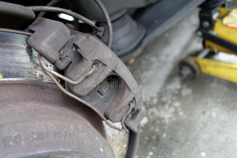 Close-up van de versleten beugels van de schijfrem op auto stock afbeelding