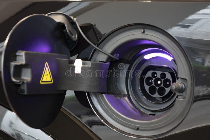 Close-up van de voeding in een elektrische auto wordt gestopt die royalty-vrije stock foto