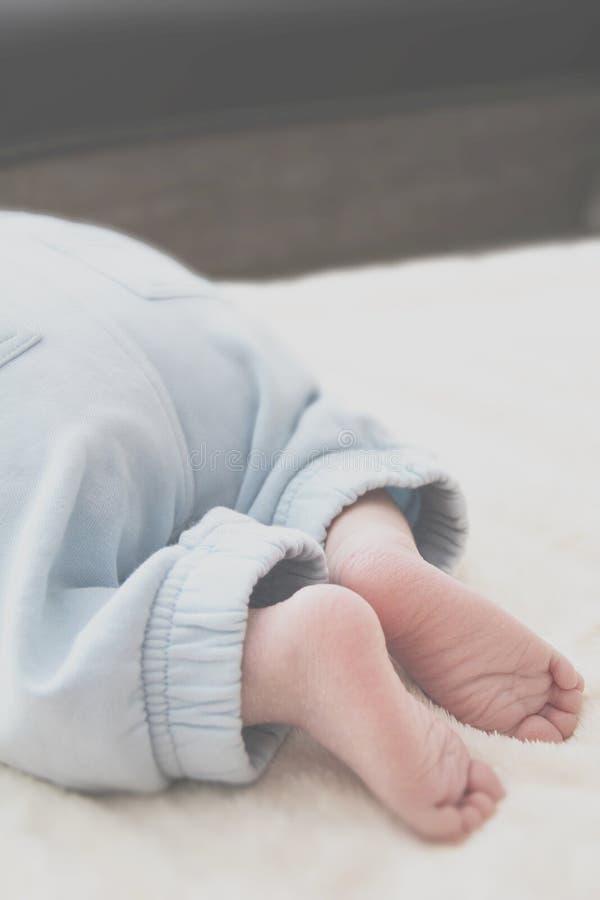 Close-up van de voeten van de baby op een witte deken stock afbeelding