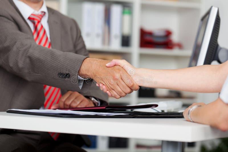 Close-up van de Vrouwelijke Kandidaat van Zakenmanshaking hands with royalty-vrije stock foto's