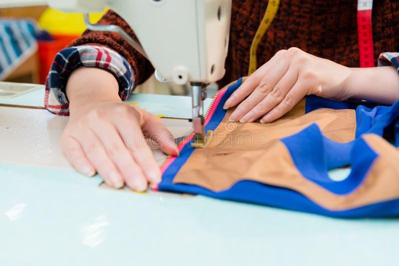 Close-up van de werknemersvrouw van de kledingsfabriek stock foto