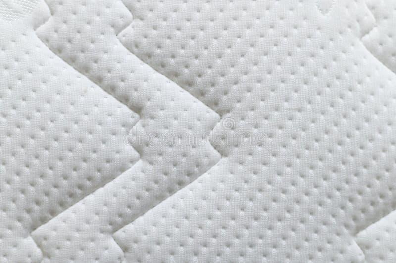 Close-up van de witte achtergrond van de matrastextuur Materiaal en meubilairconcept Comfortabel zacht laagbeddegoed stock fotografie