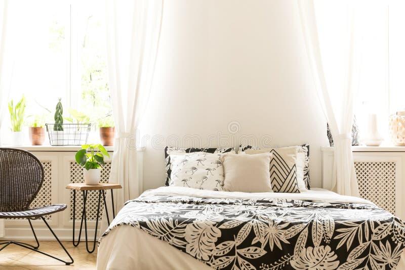 Close-up van de zwart-witte dekking van het bladpatroon op een bed in su stock afbeelding