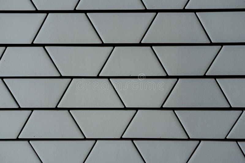 Close-up van decoratieve ceramische witte bakstenen muur in trapezoïdeklopje stock foto