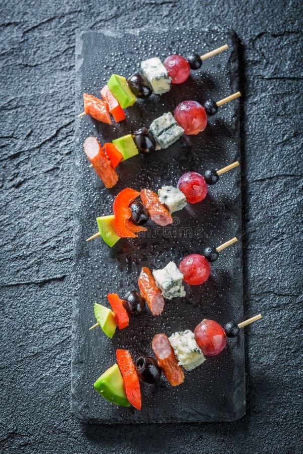 Close-up van diverse koude snacks met groenten en kruiden stock fotografie