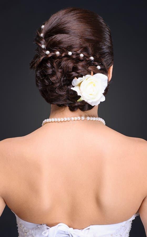 Close-up van donkerbruin bruidkapsel in studio stock foto