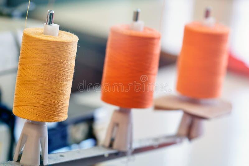 Close-up van drie draadrollen voor industriële naaimachine van B royalty-vrije stock afbeelding