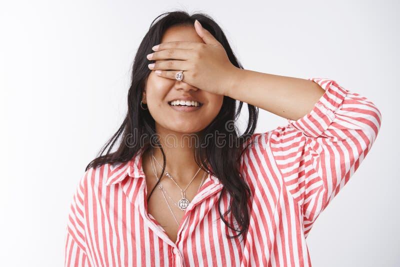 Close-up van dromerig aantrekkelijk jong Aziatisch meisje die in gestreepte blouse wordt geschoten van anticiperen en vreugde dic stock foto