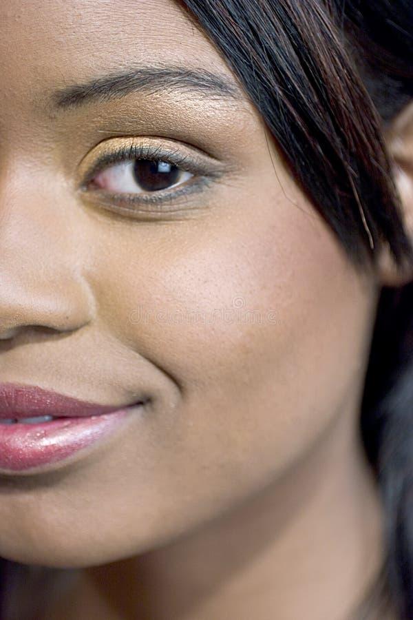 Close-up van een aantrekkelijke jonge vrouw stock foto