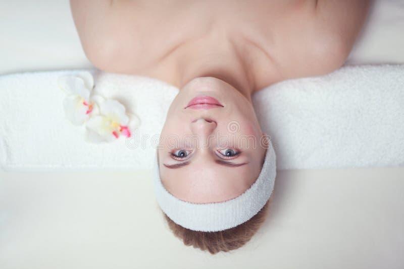 Close-up van een aantrekkelijke jonge vrouw die massage ontvangen stock foto