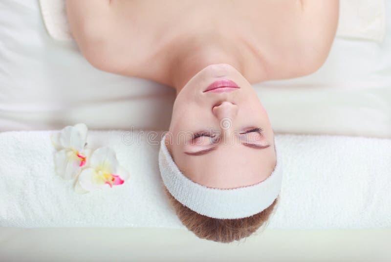 Close-up van een aantrekkelijke jonge vrouw die massage ontvangen royalty-vrije stock afbeeldingen