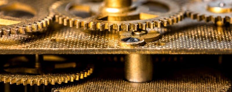 Close-up van een analoog uurwerk, toestellen en koperachtige componenten stock afbeeldingen