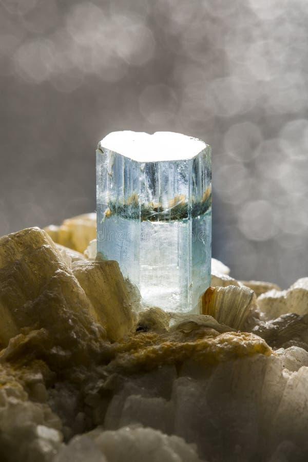 Close-up van een aquamarijnkristal wordt geschoten op donkere achtergrond die royalty-vrije stock foto