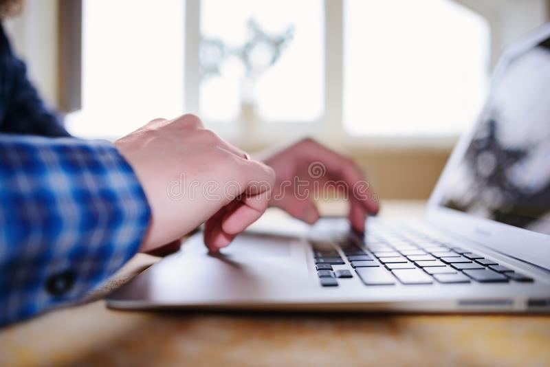 Close-up van een arbeider die een laptop computer met behulp van royalty-vrije stock fotografie