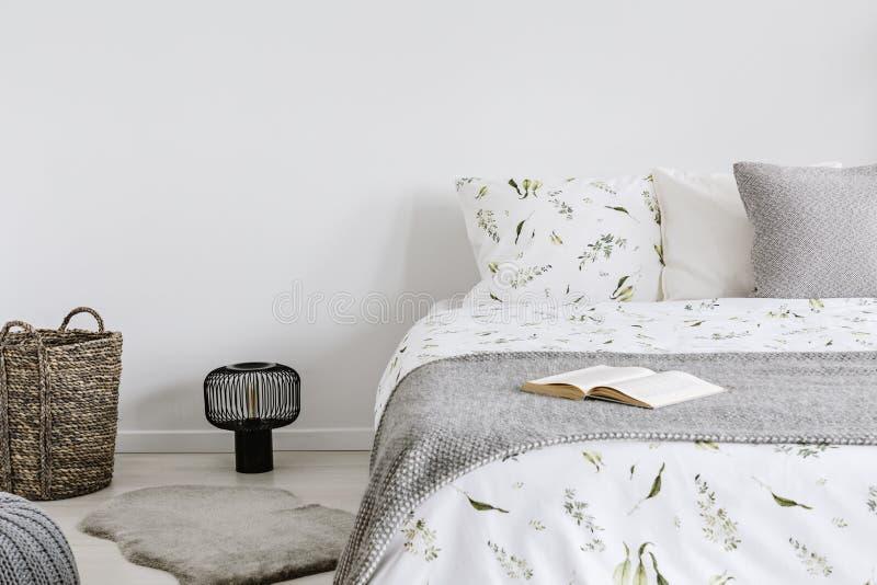 Close-up van een bed met ecokatoen en wolbeddegoed en hoofdkussens in een helder slaapkamerbinnenland Echte foto royalty-vrije stock afbeeldingen