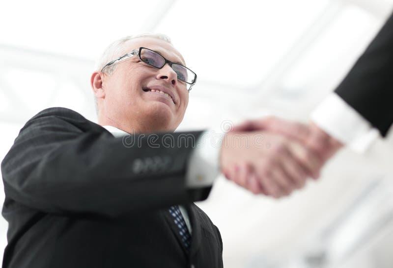 Close-up van een bedrijfshanddrukpartners Het beeld is vaag royalty-vrije stock fotografie