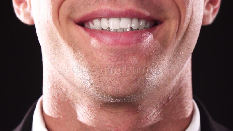 Close-up van een charmante kerel` s glimlach stock foto's