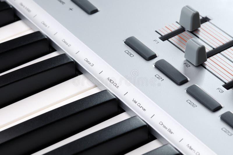 Close-up van een controlemechanisme van MIDI stock afbeeldingen