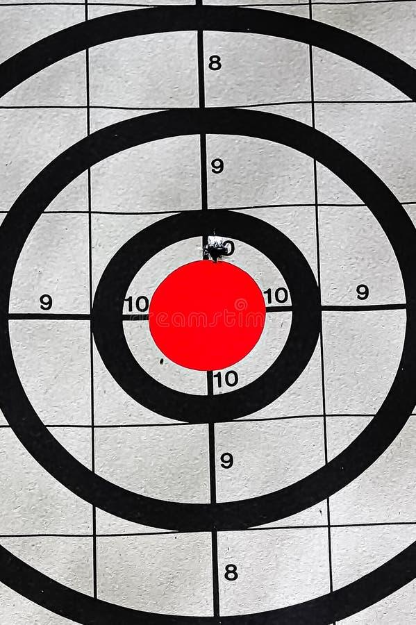 Close-up van een doel bullseye met een kogelgat stock foto