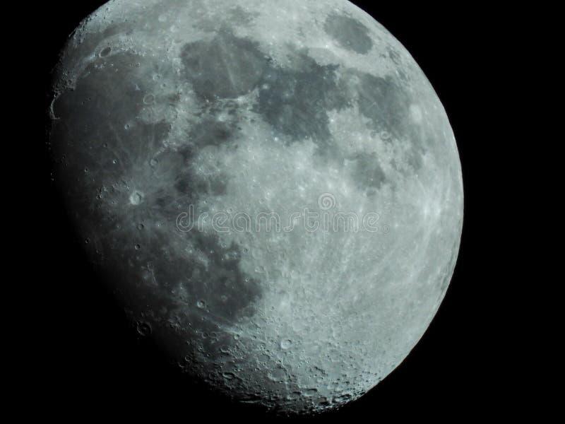 Close-up van een driekwart maan in de nachthemel stock afbeeldingen