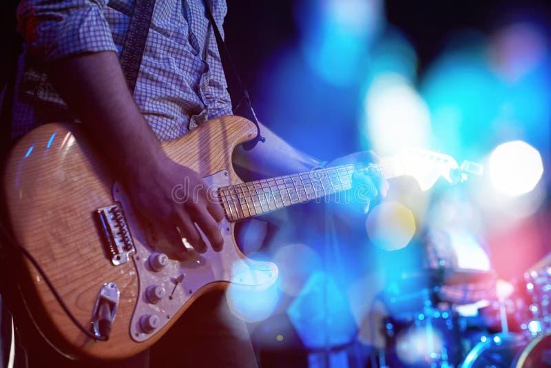 Close-up van een gitarist die een elektrische gitaar spelen bij een overleg royalty-vrije stock fotografie
