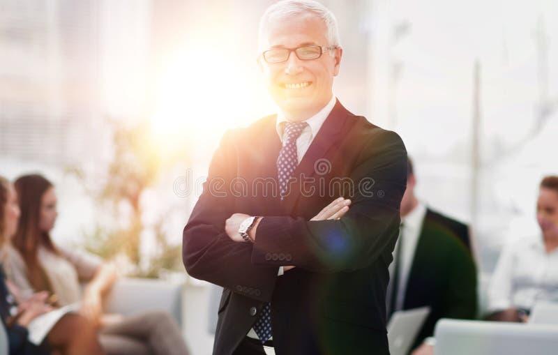 Close-up van een glimlachende hogere zakenman op achtergrond van bureau royalty-vrije stock fotografie