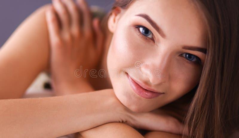 Close-up van een glimlachende jonge vrouw die op laag liggen royalty-vrije stock fotografie