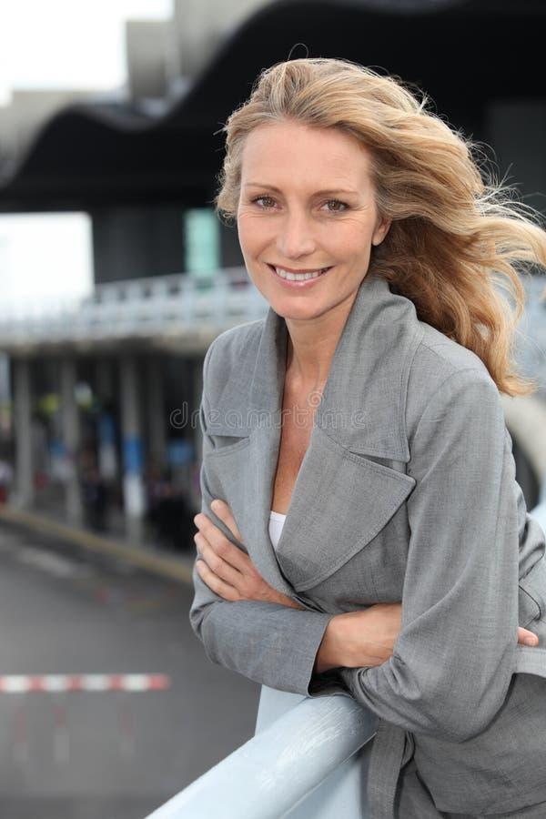 Close-up van een glimlachende rijpe vrouw stock afbeeldingen