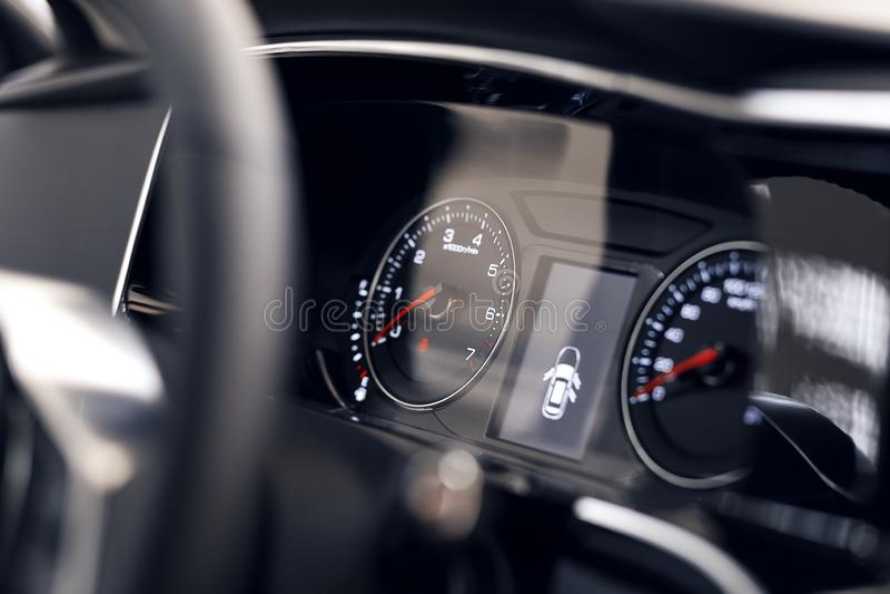 Close-up van een gloeiend mooi dashboard van een moderne dure auto Het binnenland van de auto stock afbeelding